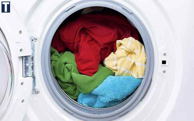 bột giặt trên quần áo